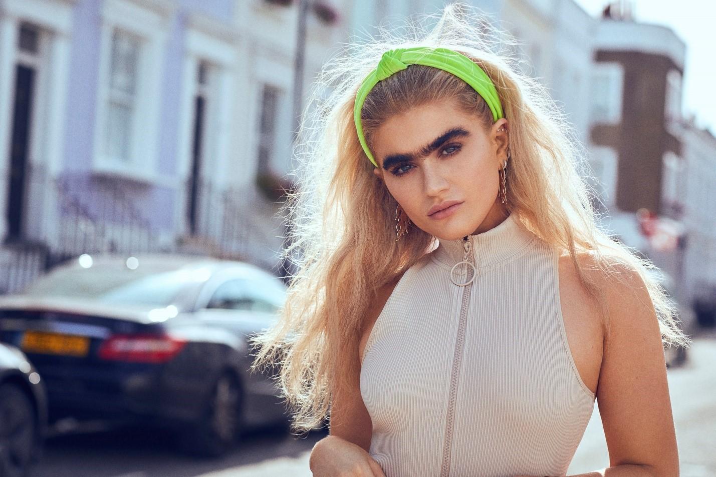 «Вне стандартов красоты»: девушка-модель гордится своими необычными бровями