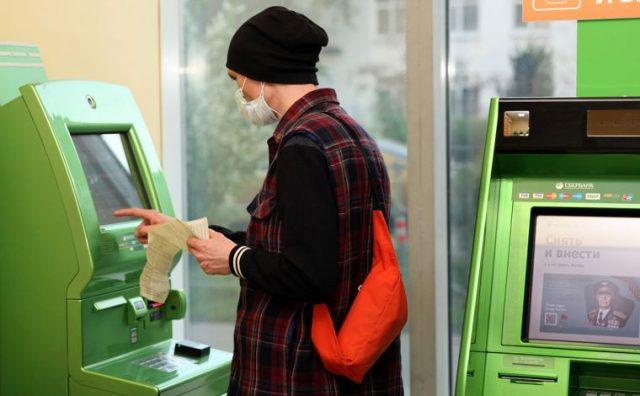 Что такое перевод денег через банкоматы: какую комиссию ввел Сбербанк
