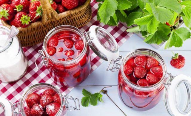 Рецепт вкусного густого варенья из клубники с целыми ягодами на зиму